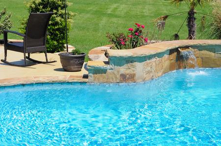 Luxuus zwembad in de achtertuin van een woonhuis.