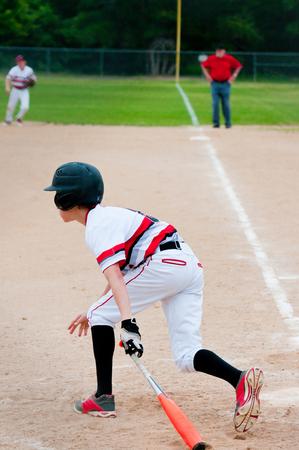 십 대 미국 야구 선수 첫 번째 자료를 실행하는 박쥐에 앉아.