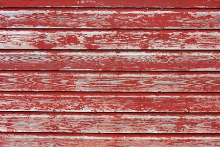 赤い納屋の木製の下見張りを風化しました。高齢者のアンティーク。