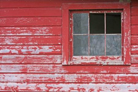Een rustieke leeftijd schuur met gebroken Windows