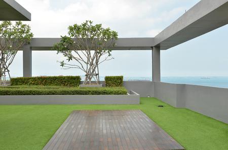 푸른 하늘이 콘도의 옥상에 하늘 정원