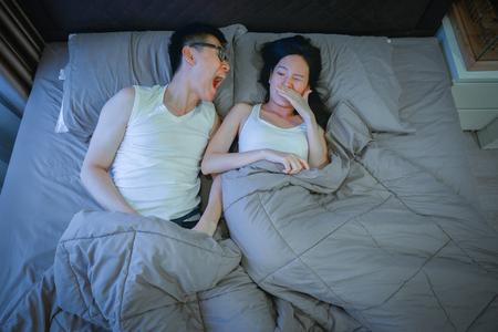 Azjatycka para z problemami z nieświeżym oddechem na łóżku w nocy Zdjęcie Seryjne
