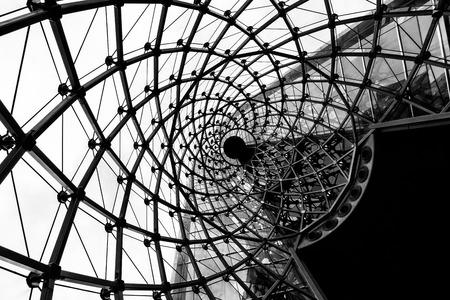 Spiralarchitekturstruktur. Glasfassadengestaltung des zeitgenössischen Bürogebäudes.