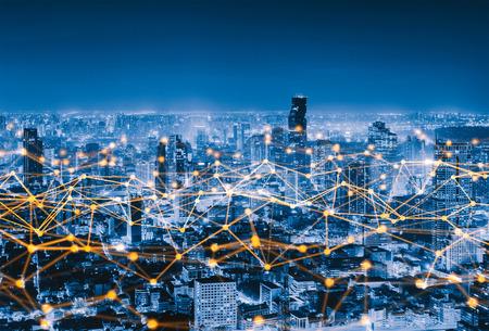 Linee di connessione alla rete digitale di Sathorn, Bangkok Downtown, Thailandia. Distretto finanziario e centri commerciali in una città urbana intelligente in Asia. Grattacielo e grattacieli di notte.