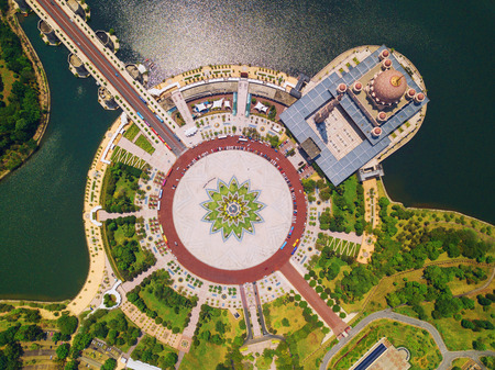 Aerial view of Putra mosque with garden landscape design and Putrajaya Lake, Putrajaya. The most famous tourist attraction in Kuala Lumpur City, Malaysia Reklamní fotografie