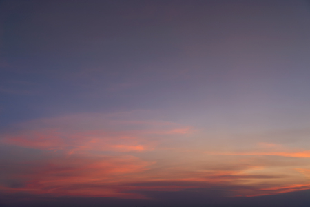 Fondo de naturaleza abstracta. Espectacular cielo azul con nubes al atardecer colorido naranja en el crepúsculo.
