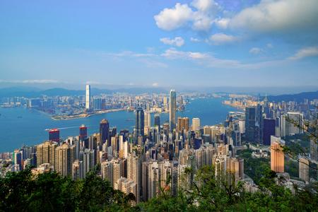 香港从维多利亚山顶市中心。金融区和商业中心在聪明的城市和技术概念。摩天大楼和高层办公楼与蓝天。