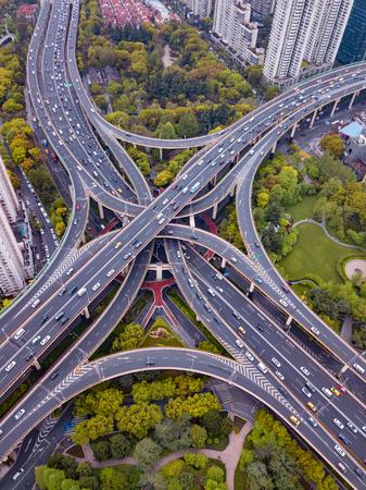 Vue aérienne des carrefours routiers en forme de lettre x croix. Ponts, routes ou rues avec des arbres dans le concept de transport. Formes de structure de l'architecture dans la ville urbaine, centre-ville de Shanghai, Chine. Banque d'images