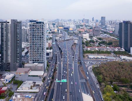 Vue aérienne de la route Rama 9, New CBD, Bangkok Downtown, Thaïlande. Quartier financier et centres d'affaires dans une ville urbaine intelligente en Asie. Gratte-ciel et immeubles de grande hauteur. Vue de dessus.