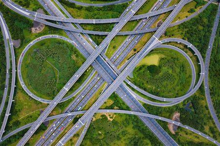Vue aérienne des carrefours routiers. Les routes du pont forment le numéro 8 ou le signe de l'infini avec un jardin verdoyant et des arbres en rapport avec le concept d'architecture. Vue de dessus. Ville urbaine, Taipei au coucher du soleil, Taiwan. Banque d'images