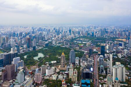 Vista aérea del centro de Bangkok, Tailandia. Distrito financiero y centros de negocios en ciudad inteligente urbana en Asia. Rascacielos y rascacielos al atardecer.