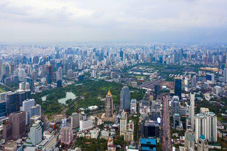 Vue aérienne du centre-ville de Bangkok, Thaïlande. Quartier financier et centres d'affaires dans une ville urbaine intelligente en Asie. Gratte-ciel et immeubles de grande hauteur au coucher du soleil.