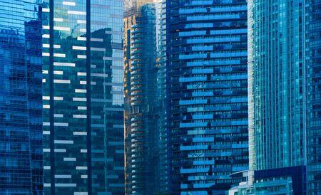 Fenster von Bürogebäuden. Blaue Glasarchitektur Fassadengestaltung mit Reflexion des Himmels in der Stadt, Downtown Singapore City im Finanzviertel.