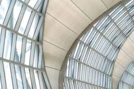 Estructura de acero del techo del edificio de oficinas moderno. Soporta marcos de fachada de vidrio de ventanas metálicas Fondo abstracto de la decoración del diseño de la arquitectura interior.