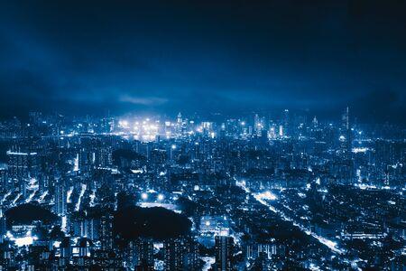 Luchtfoto van Hong Kong Downtown, Republiek China. Financieel district en zakencentra in technologie slimme stad in Azië. Bovenaanzicht van wolkenkrabber en hoogbouw 's nachts.