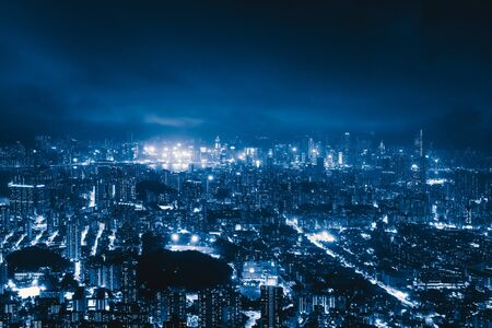 Vista aérea del centro de Hong Kong, República de China. Distrito financiero y centros de negocios en ciudad inteligente tecnológica en Asia. Vista superior de rascacielos y edificios de gran altura en la noche.