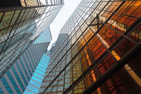Edificio d'oro. Vetro di Windows dei grattacieli dell'ufficio moderno nella tecnologia e nel concetto di affari. Progettazione della facciata. Struttura costruttiva dell'architettura esterna per lo sfondo del paesaggio urbano. Archivio Fotografico