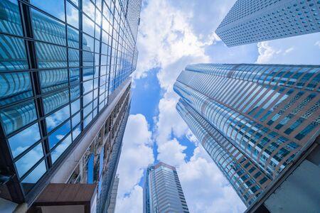 Guardando fino a grattacieli per uffici, grattacieli, architetture nel distretto finanziario. Città urbana intelligente per lo sfondo del concetto di business e tecnologia nel centro di Hong Kong, Cina.