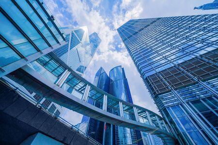 Mirando hacia los edificios de oficinas de gran altura, rascacielos, arquitecturas en el distrito financiero. Ciudad urbana inteligente para el fondo del concepto de negocios y tecnología en el centro de Hong Kong, China.