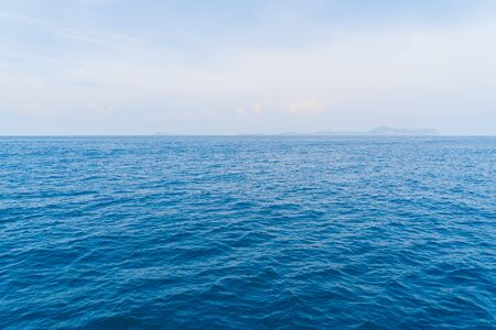 푸른 청록색 바닷물이 있는 파통 해변의 보트, 여름 휴가철 푸켓 섬. 안다만 바다, 태국. 푸른 구름 하늘과 관광 명소입니다.