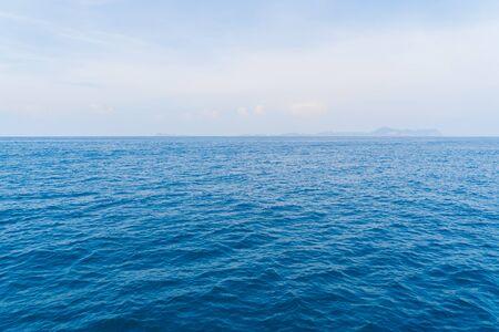 Boten op het strand van Patong met blauw turquoise zeewater, Phuket-eiland in het zomerseizoen tijdens vakantievakanties. Andaman oceaan, Thailand. Toeristische attractie met blauwe wolkenhemel.