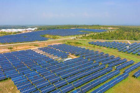 Vista aérea de paneles solares o células solares en el techo de la granja. Planta de energía con campo verde, fuente de energía renovable en Tailandia. Tecnología ecológica para energía eléctrica en la industria.
