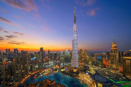 Vista aérea del Burj Khalifa en el horizonte y la fuente del centro de Dubai, Emiratos Árabes Unidos o EAU. Distrito financiero y área de negocios en ciudad urbana inteligente. Rascacielos y rascacielos por la noche. Foto de archivo