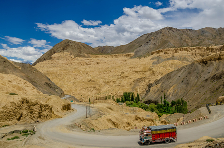 Truck on the high altitude Srinaga-Leh road in Ladakh province, India 免版税图像
