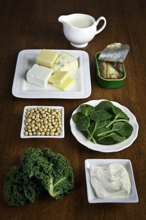 osteoporosis: Las fuentes alimenticias de calcio, como la leche, queso, yogur, sardinas, frijoles de soya, col rizada y las espinacas (según USDA referencia estándar 24 base de datos de composición de alimentos). Foto de archivo