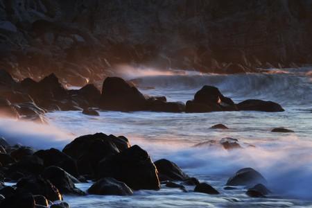 Les vagues matinales déferlent sur le récif.