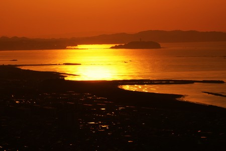 A spectacle of the rising sun from the direction of Enoshima, Kanagawa Japan. Imagens
