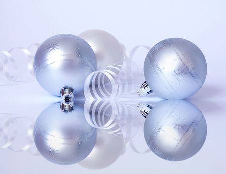 lacet: Christmas card. Three white spheres and streamer
