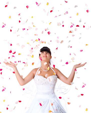 heiraten: Cute Braut wirft Rosenblätter. Weißer Hintergrund