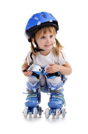 patines: Ni�a bonita en patines sobre un fondo blanco