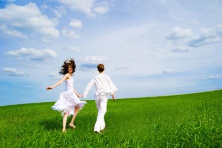 parejas enamoradas: Explotación de par de manos en un campo de flores