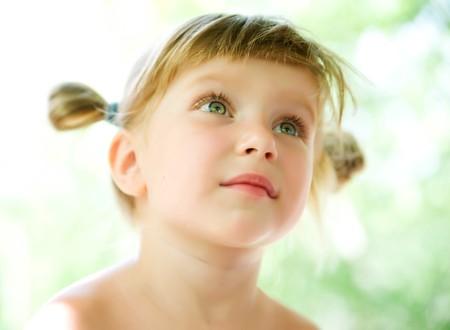 hoopt: Portret van de close-up van een schattige liitle meisje