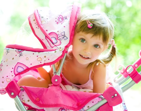 chicas guapas: Cute niña con su carro de juguete  Foto de archivo