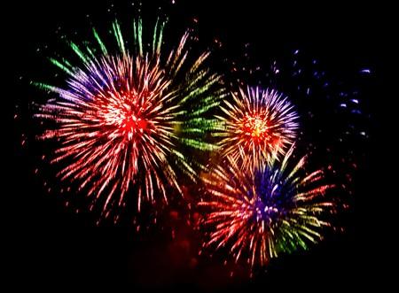 exitacion: explosión de fuegos artificiales coloridas sobre un fondo negro
