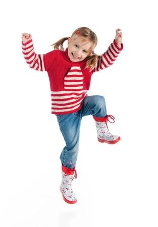 jolie petite fille: Petite fille en automne saut de v�tements isol� sur fond blanc