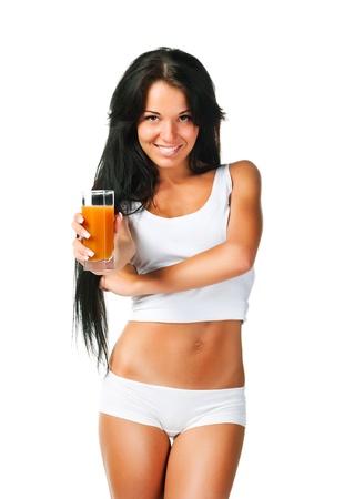 verre de jus: Belles jeunes femmes avec le verre de jus sur fond blanc