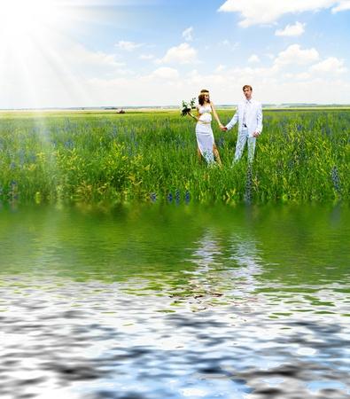 net getrouwd: enkel echt paar op het groene veld Stockfoto