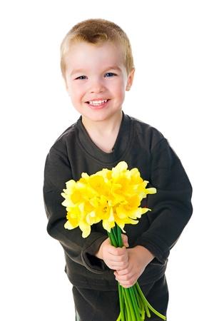 madre soltera: Ni�o lindo dar flores Foto de archivo