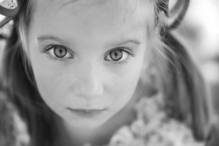 mirada triste: Retrato de una chica triste liitle