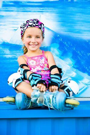 patines: Linda chica en patines Foto de archivo