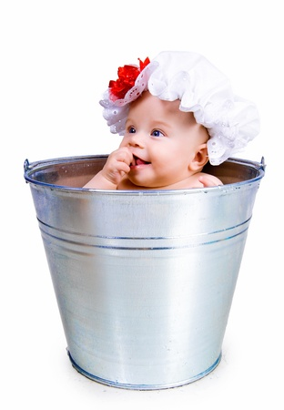personas banandose: Bebé en un cubo
