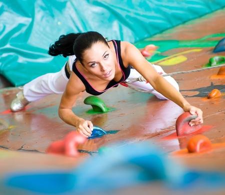 ni�o escalando: mujeres en una pared de escalada