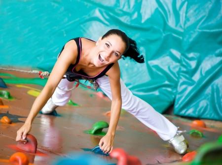 ni�o escalando: las mujeres escalada en una pared Foto de archivo