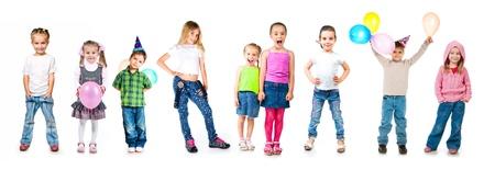 prodigy: Kids in tappi di compleanno isolato