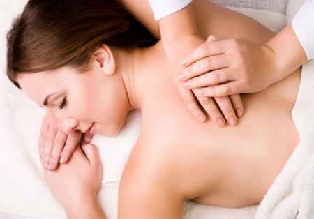 peluqueria y spa: la mujer relajarse en el spa sal�n Foto de archivo