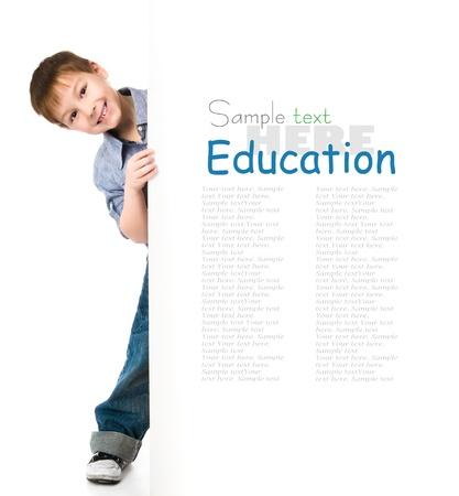niños en la escuela: niño lindo detrás de una placa sobre fondo blanco